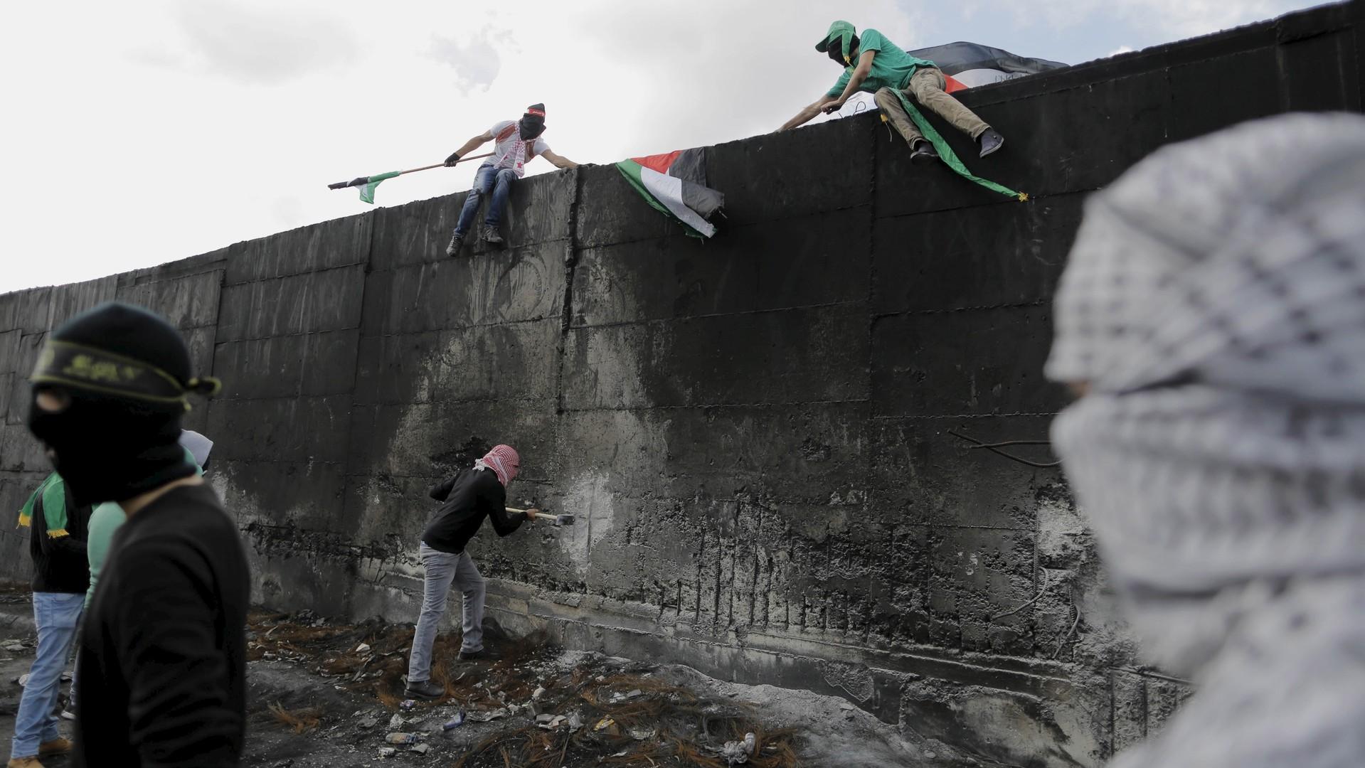 Des manifestants ont grimpé sur la barrière israélienne