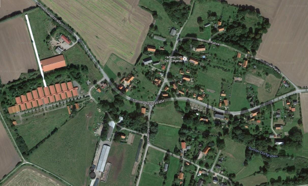 Vue satellite de la commune de Sumte. A gauche, on peut voir les bâtiments qui accueilleront les migrants.