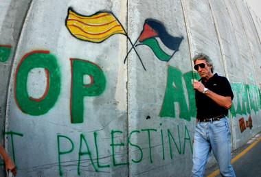 Roger Waters marchant le long du mur de séparation en Cisjordanie en 2009