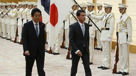 Manuel Valls soutient le droit controversé de l'armée nipponne à intervenir à l'étranger