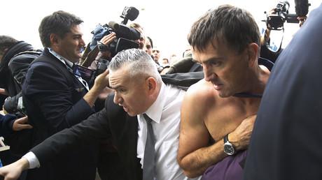 Suite à l'évacuation compliquée d'un dirigeant d'Air France et des violences, une enquête a été ouverte. Les politiques, eux, dénoncent ces violences dans leur grande majorité.