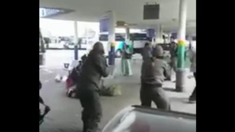 Les policiers israéliens tenant en joue la femme palestinienne.