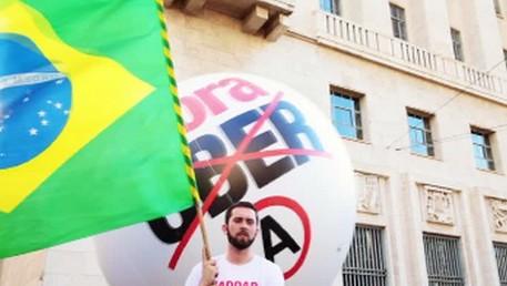 Brésil : des chauffeurs de taxi bloquent l'hôtel de ville de Sao Paulo