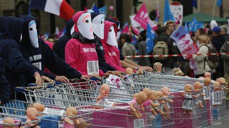 Des manifestants protestent contre la procreation medicalement assistée (PMA) et la gestation pour autrui (GPA)
