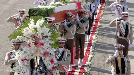 Des militaires portent les cercueils des victimes iraniennes de la bousculade du Hajj à la Mecque