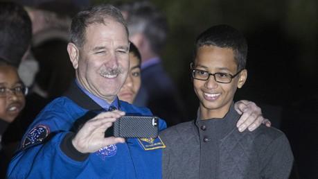 Ahmed Mohamed avec John M. Grunsfeld, administrateur associé de la Direction des missions scientifiques de la NASA