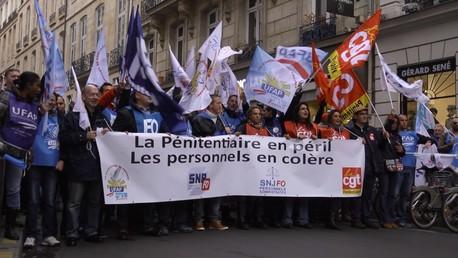 Le cortège du personnel pénitentiaire en route pour la place Vendôme