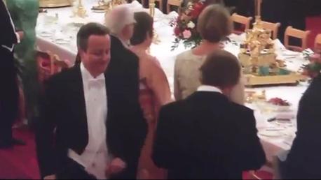 La proximité d'Elisabeth II n'empêche pas David Cameron de rester primesautier