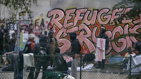 Des réfugiés dans la cour du Lycée Jean Quarre à Paris