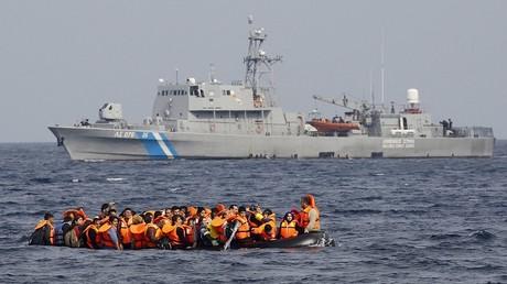 Un bateau de migrants au large de l'île grecque de Lesbos.