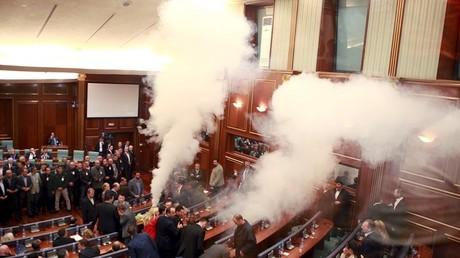 Le parlement du Kosovo enfumé par du gaz lacrymogène