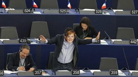 Gianluca Buonanno avait déjà arboré un masque d'Angela Merkel au Parlement européen en septembre dernier.