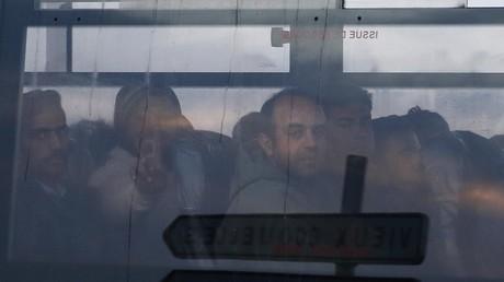 Des réfugiés dans un bus.