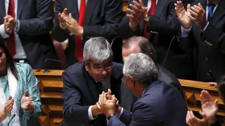 Antonio Costa, leader du Parti socialiste félicite son camarade de parti Eduardo Ferro Rodrigues après son élection au poste du président du Parlement à Lisbonne