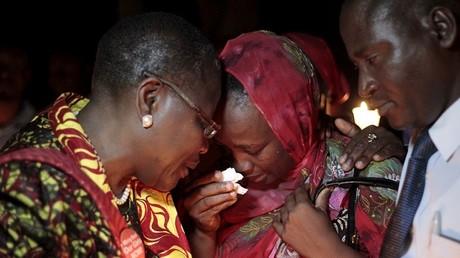 """La mère d'une victime de Boko Haram trouve du réconfort auprès d'une militante du mouvement """"Bring back our girls"""""""