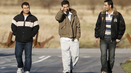Des réfugiés afghans et pakistanais aux abords du centre d'acceuil pour demandeurs d'asile de Sandholm près de Copenhague.
