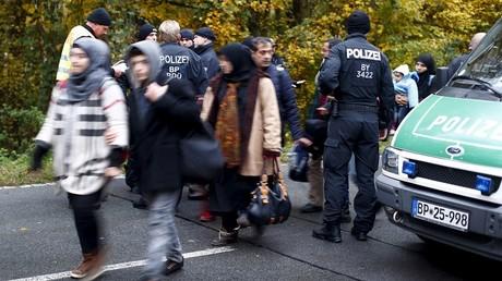 Des policiers allemands contrôlent le passage des migrants à la frontière autrichienne à Passau.