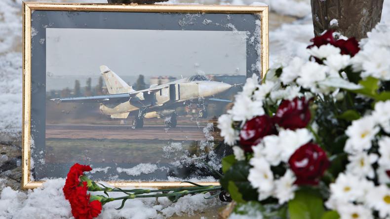 Des fleurs en hommage au pilote mort suite au crash du SU-24 abattu par la Turquie