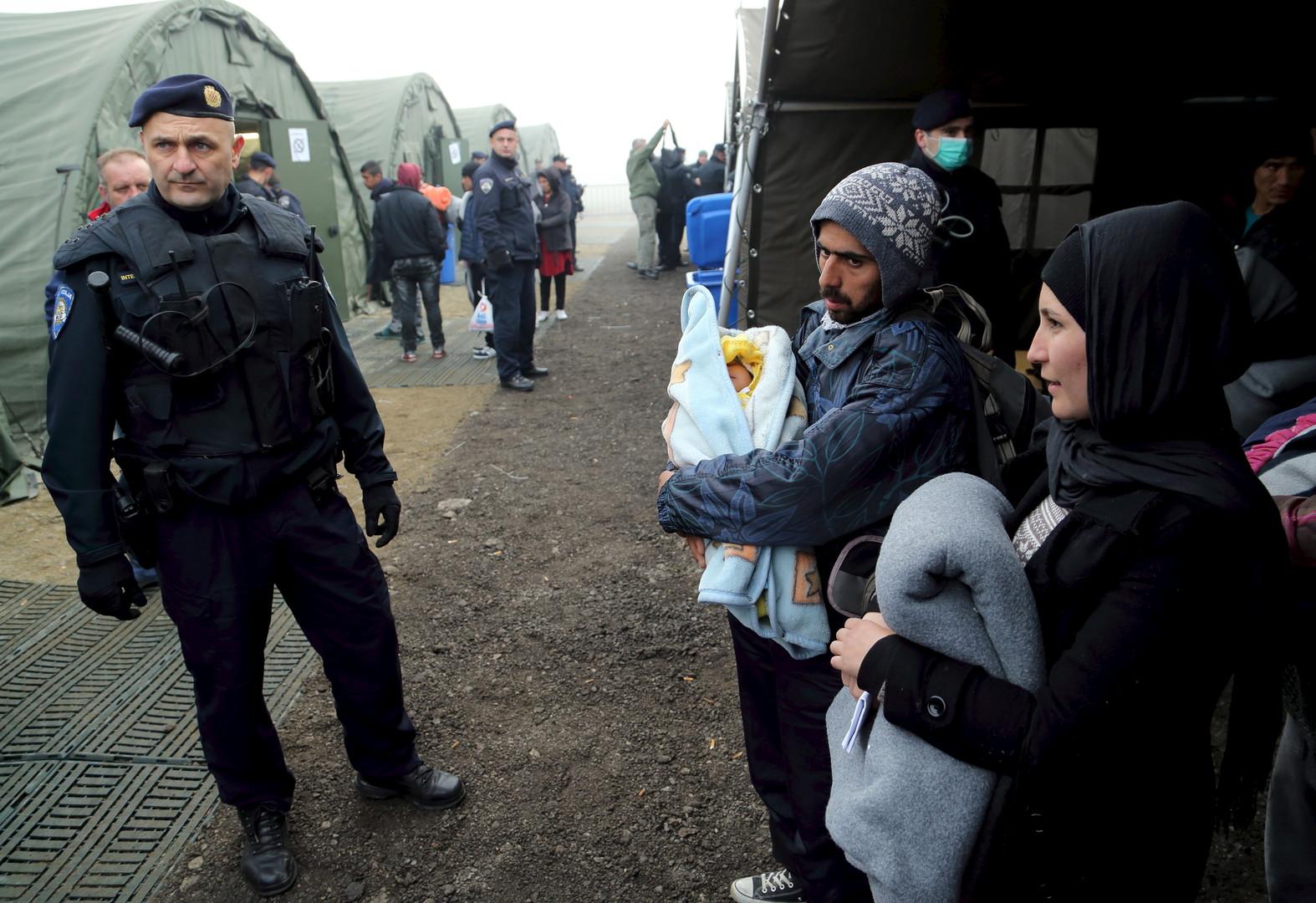 L'hiver approche et les migrants du camp de réfugiés de Slavonski brod essaient de s'emmitoufler en attendant leur train ou en tentant de passer l'enregistrement.