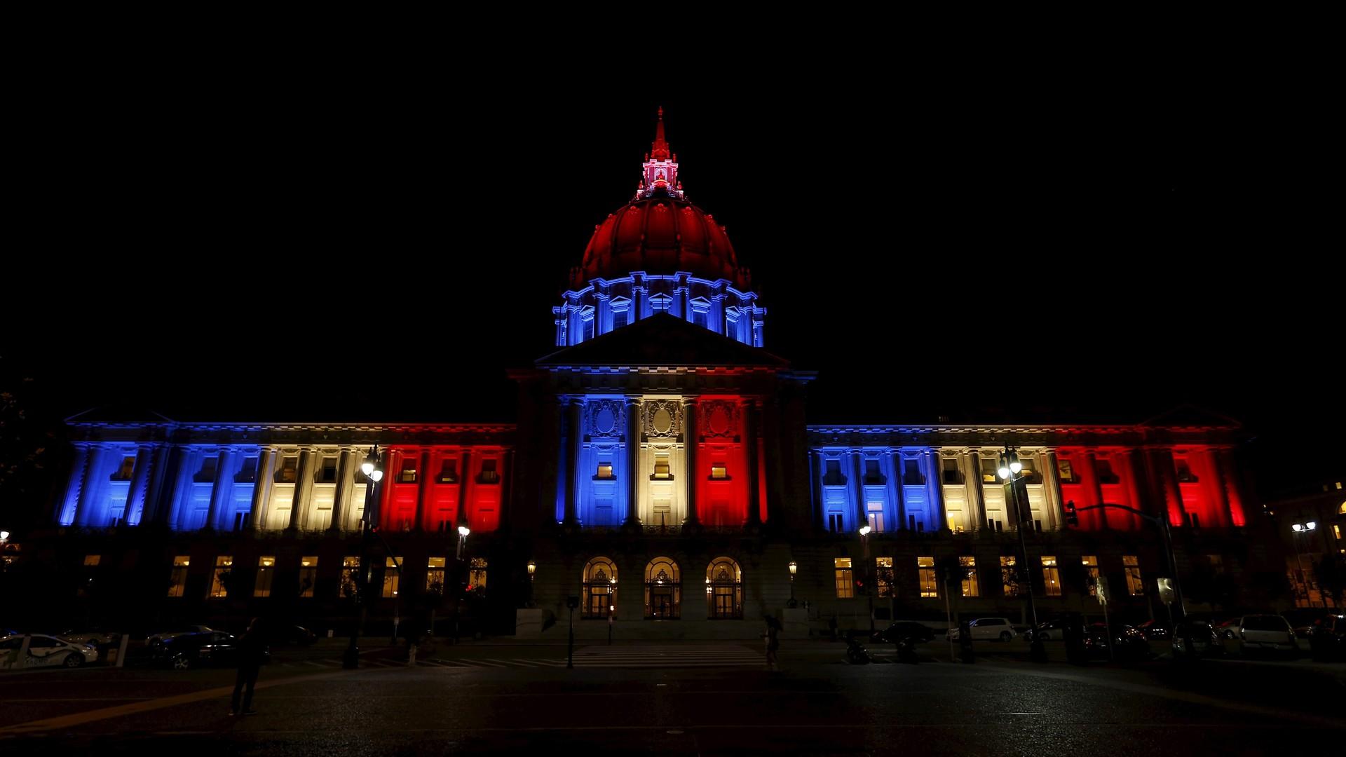 L'Hôtel de ville de San-Francisco est illuminé aux couleurs du drapeau français.