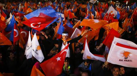 Les partisans de l'AKP, le parti au pouvoir, lors d'une réunion à Ankara après les législatives