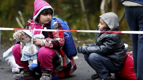 Des enfants migrants à la frontière entre l'Allemagne et l'Autriche.