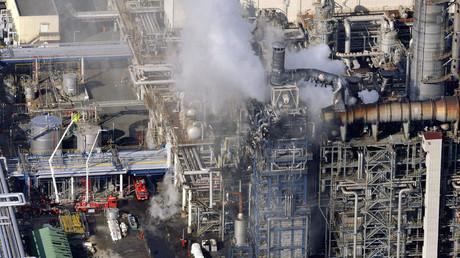 Une fumée monte depuis une usine de production d'éthylène dans une usine du groupe Mitsubishi à 80 km à l'est de Tokyo, le 21 décembre 2007