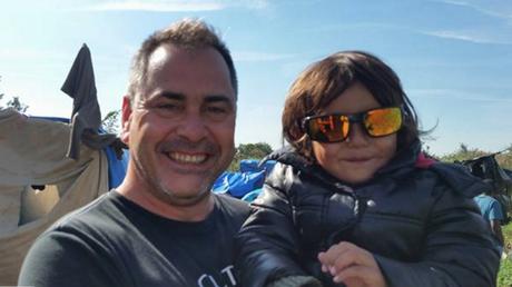 Rob Lawrie et Bahar, dans le camp de réfugiés de Calais