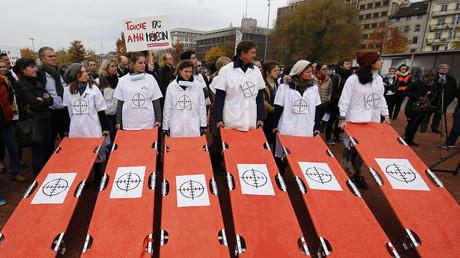 Un mois après le bombardement américain de Kundunz, l'équipe de MSF manifeste à Genève