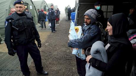Le froid arrive au camp de réfugiés de Slavonski Brod en Croatie