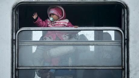 Un enfant réfugié syrien se rendant dans un centre d'accueil en Croatie