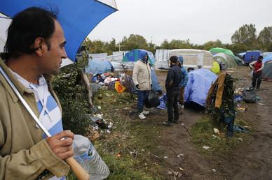 Le ministre de l'Intérieur tente de réduire le nombre de demandeurs d'asile à Calais.