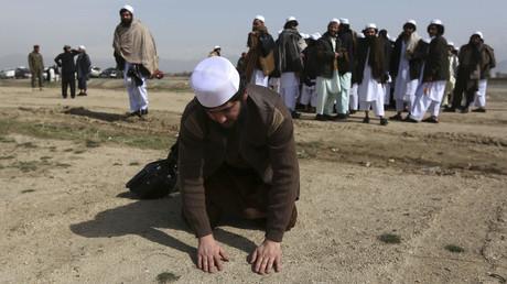 Prisonniers afghans en train de prier