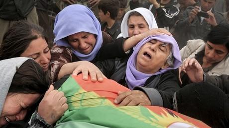 Des femmes yézidis endeuillées.