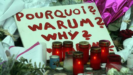 Des fleurs et des bougies à proximité des lieux des attentats, place de la République