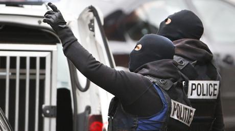 La police belge en train de préparer une arrestation le 16 novembre 2015