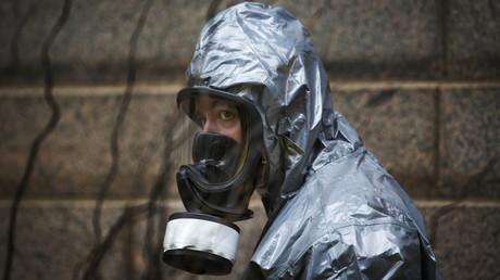 Un membre des services d'urgences porte un masque à gaz lors d'un exercice au Canada
