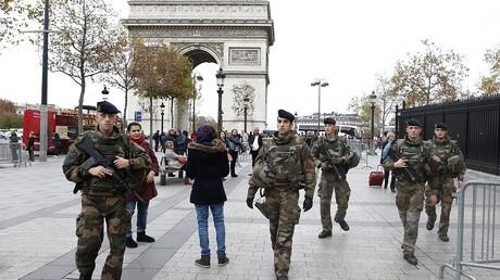Des militaires patrouillant sur les Champs Elysées