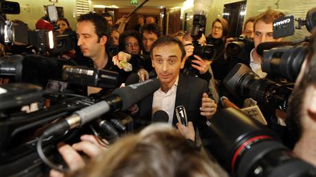 Eric Zemmour entouré de journalistes en 2011