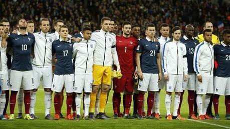Des supporters français et anglais chantent ensemble la «Marseillaise» à Wembley, à Londres