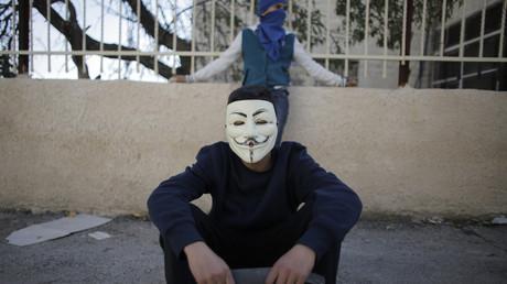 Un jeune palestinien porte un masque Anonymous