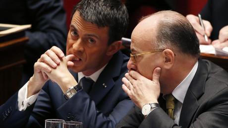 Le Premier ministre français Manuel Valls et le ministre de l'Intérieur Bernard Cazneuve pendant les débats à l'Assemblée Nationale