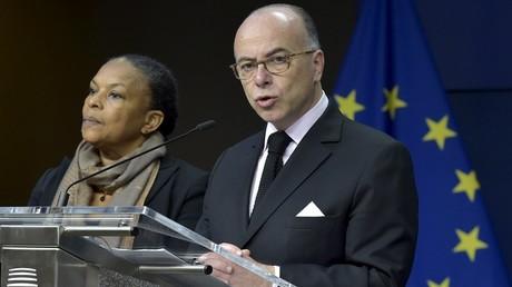 Bernard Cazeneuve aux côtés de Christiane Taubira lors de la réunion des ministres de la Justice et de l'Intérieur européens à Bruxelles le 20 novembre 2015.