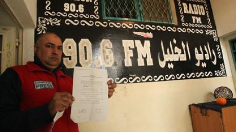 Un journaliste de la radio Al-Khalil proteste à la sortie des locaux.