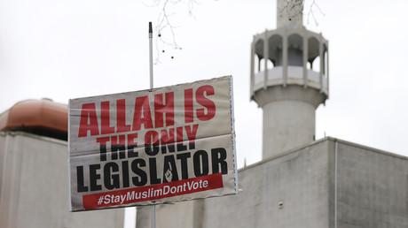 Affiche appelant au boycott des élections devant une mosquée de Londres en avril dernier