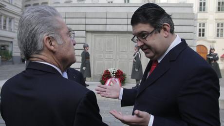 Oskar Deutsch discute avec le président autrichien Fischer  devant le mémorial de l'Holocauste