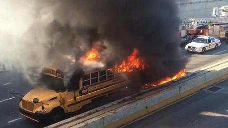 Le bus scolaire en flammes près de Philadelphie.