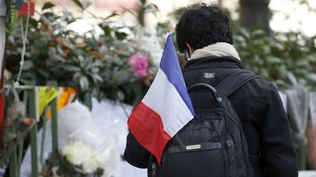 Des fleurs et des bougies à côté de la salle de concert Bataclan, un des lieux des attentats du 13 novembre