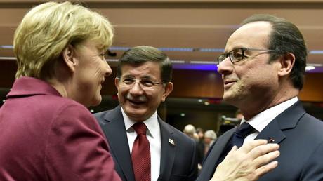Le Premier ministre turc en compagnie de François Hollande et Angela Merkel, ce soir à Bruxelles