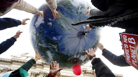 Ballon en forme de Terre lâché par des manifestants de la COP21